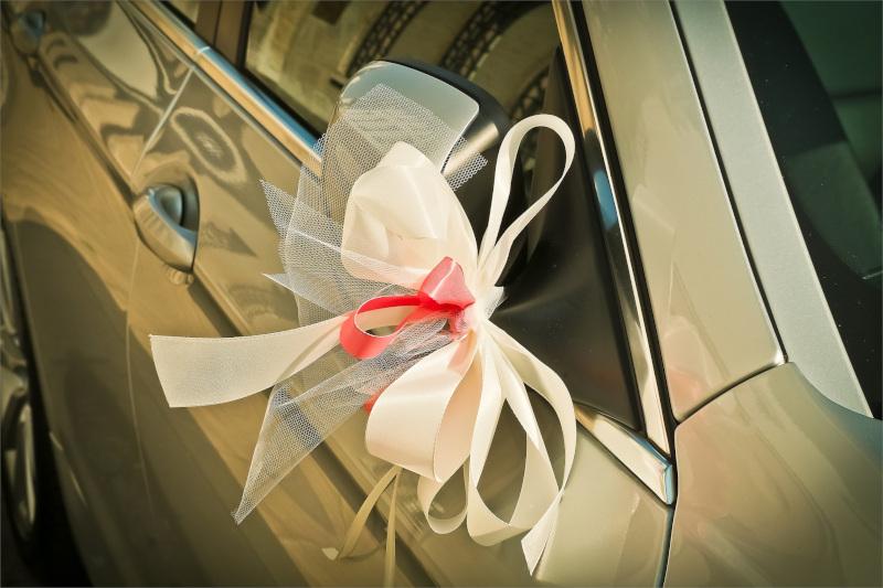 dekoracje samochodu ślubnego